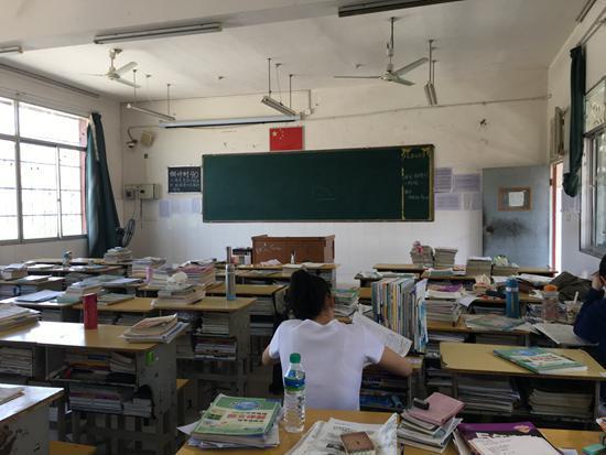 午休时的教室   去年8月,张英作出了她人生中一个重要的选择放弃稳定的工作,陪儿子读高三。   同一时期,杨金梅夫妇一狠心关掉了在北京开了十几年的门窗店,跨越了大半个中国,陪高中的儿子回到江西老家。   王芳菲放弃了30万年薪副总的工作,操起十多年没摸过的锅碗瓢盆,陪独生女儿度过高三这一年。   而早在8年前,席雯就辞去小学教师一职,带着3个孩子,从广东一路北上。陪读的她送一个孩子上了大学,眼下还剩下两个孩子。   来自四面八方的她们有着一个共同的目的地有约万名学生的临川一中。这个地处江西