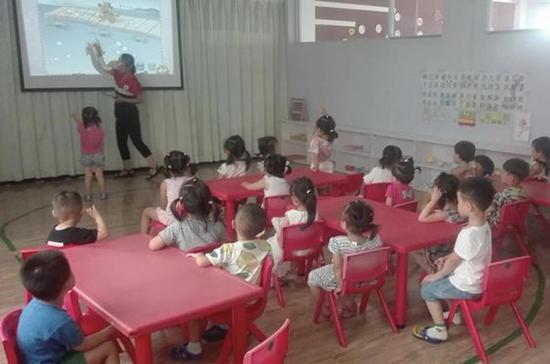 """部分幼儿园暑期正常上课 孩子请假也要付""""占位费"""""""